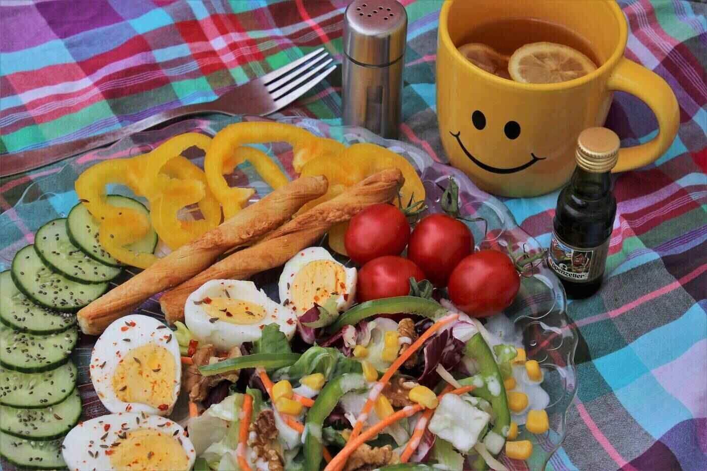 Tea, vegetables and egg slices